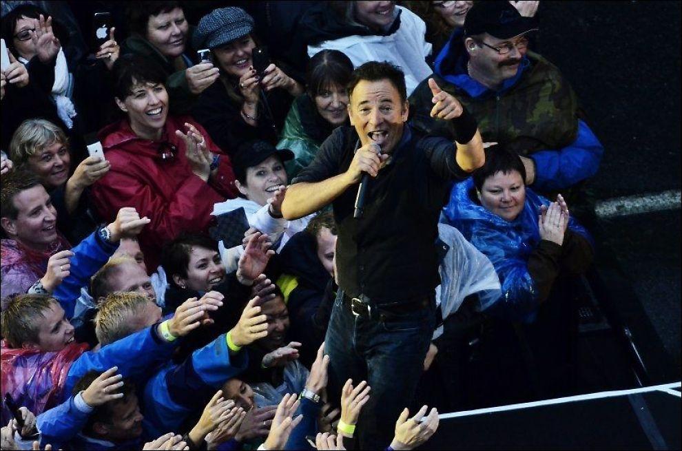 STREKKER SEG MOT SJEFEN: Ivrige fans på Koengen i Bergen i et forsøk på å få nærkontakt med Bruce Springsteen i fjor. Foto: HILDE MESICS KLEVEN