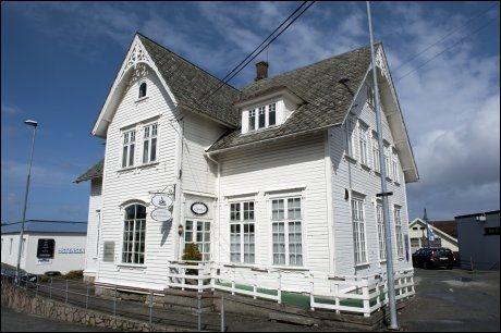 KONAS SELSKAP: Her, i det gamle bankbygget på Bømlo, er kontorene til selskapet som eies av Øyvind Hallerakers kone Ingrid. Foto: Tor Erik H. Mathiesen