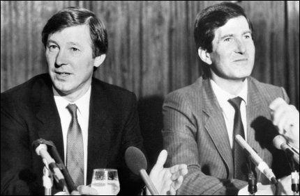 6. NOVEMBER, 1986: Alex Ferguson blir presentert som ny Manchester United-manager sammen med daværende styreformann Martin Edwards. Foto: NTBScanpix / PA Photos