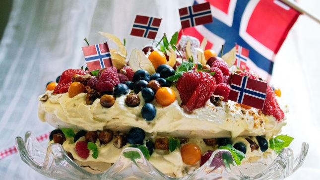 VELLYKKET: - Appelsinsmaken er fantastisk til pavlovabunnen, og nøttene og bærene gjør helheten fantastisk, sier Elin Larsen om kaken sin.
