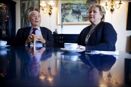 SAMMEN: Høyres leder Erna Solberg på besøk hos Jo Benkow i 2011. FOTO:TERJE BRINGEDAL/VG