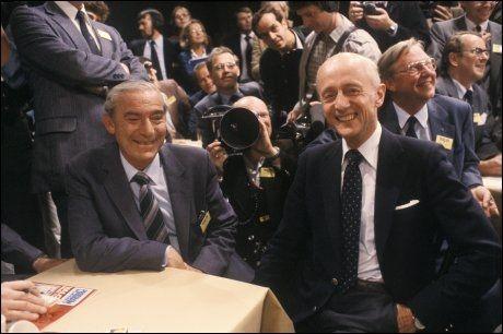 VALGNATT: Her er Kåre Willoch og Jo Benkow sammen på valgnatten i 1981. Etter valget ble Willoch statsminister. FOTO: NTB/SCANPIX