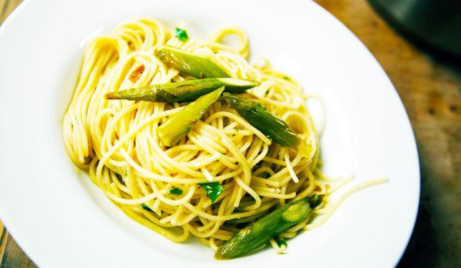 ASPARGES I OLJE: Kokt i olje bevarer aspargesene maksimalt av smaken. Foto: Luke Schilling.