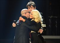 Harket på scenen med Aguilera og Pitbull