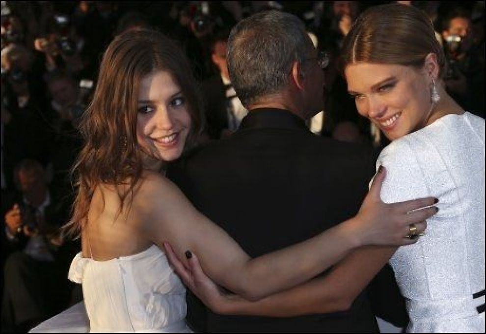 PRISVINNERE: Gullpalmen gikk til filmen «Blå er den varmeste fargen» Her mottar regissør Abdellatif Kechiche og skuespiller Adele Exarchopoulos (til venstre) og Léa Seydoux (til høyre), prisen. Foto: AP