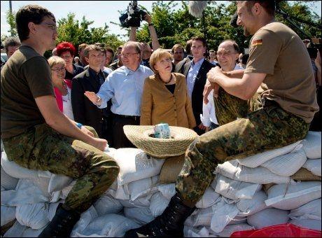 LOVER HJELP: Forbundskansler Angela Merkel vil hjelpe de tusenvis av flomrammede tyskerne. Hun har i dag besøkt Bitterfeld sør for Berlin, hvor en flodbølge truer byen. Foto: AFP, NTB SCANPIX