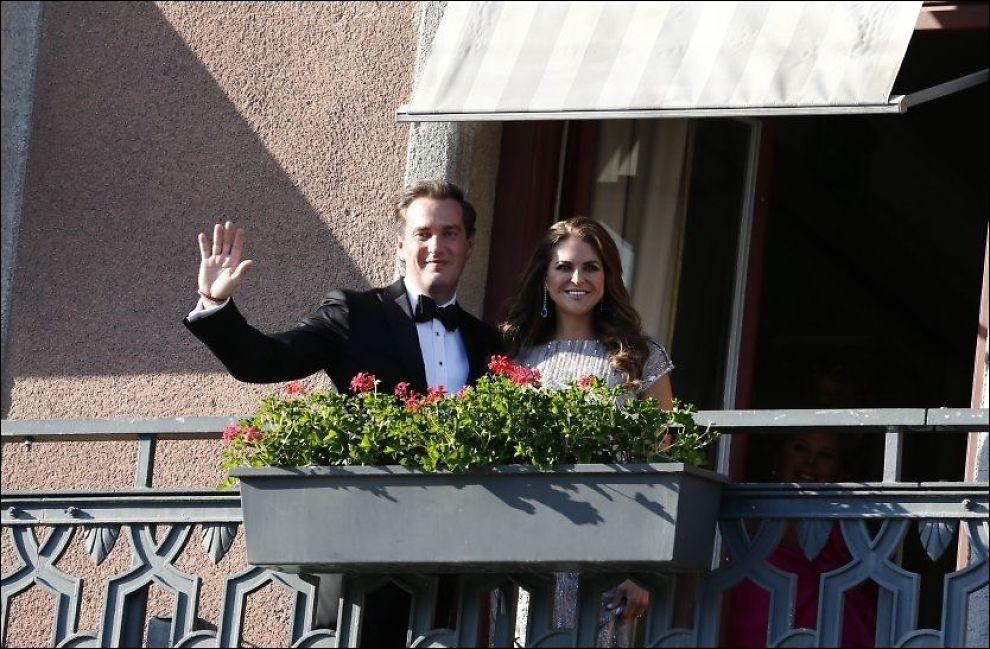 SNEK SEG INN: Prinsesse Madeleine og Chris O'Neill klarte å snike seg forbi pressekorpset. Her vinker de fra balkongen på Grand Hotell. Foto: MATTIS SANDBLAD