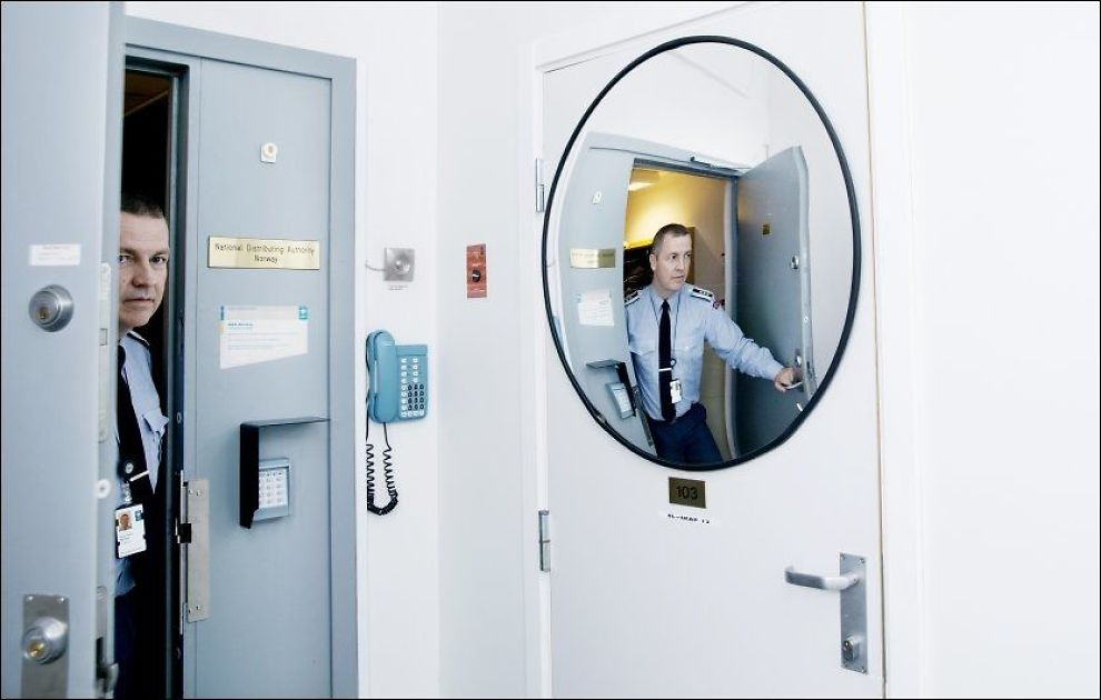 ADGANG FORBUDT: Bak denne døren ligger et av Norges hemmeligste rom, her produseres krypteringsnøklene som beskytter Norge. Nå trenger oberst Hans Robert Bjørnaas nye ansatte.