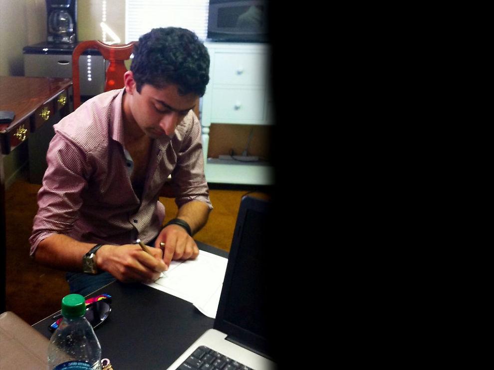 SIGNERINGEN: Her signerer Waleed Ahmed kontrakten der investor Todd Weinberg går inn med over 6 millioner norske kroner for å sikre de påståtte rettighetene til Justin Biebers fem konserter i Skandinavia. Weinberg forteller at han ble lovet en gevinst på minst 50 millioner kroner. Foto: TODD WEINBERG.