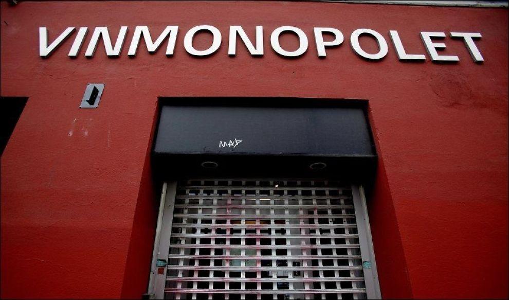 FORNØYDE: Vinmonopolet har en sterk stilling i Norge. 74 prosent av de spurte i en fersk meningsmåling mener dagens Vinmonopol-ordning bør bestå. Foto: NTB Scanpix