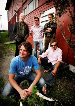 BANDET LAVA: Bak, fra venstre: Per Kolstad, Svein Dag Hauge og Per Hillestad. Foran fra venstre: Rolf Graf og Egil Eldøen. FOTO: MAGNUS KNUTSEN BJØRKE