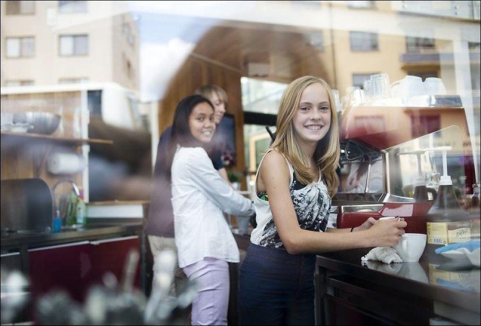 VENNSKAPSKAFÉ: Klara Marie Glosli (14, t.h.) lager kaffe sammen med Hannah Singueo (18) og Simen Mailund Svendsen (17) på Café Condio, Røde Kors' ungdomssenter på Majorstuen. Hvert år er 23.000 ungdommer innom senteret for nye vennskap, leksehjelp og kopp kakao med krem. Foto: HELLE GANNESTAD