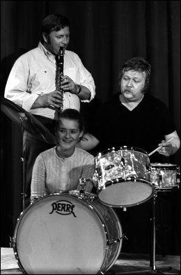 TREKLØVER: Rolv Wesenlund (til høyre) Harald Heide Steen Jr, og Kirsti Sparboe under Chat Noirs høstrevy i 1970. Foto: NTB Scanpix