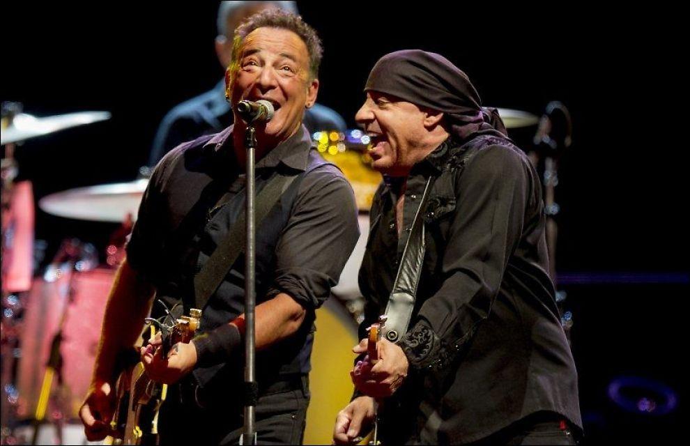- MIN ANDRE DAGJOBB: Steven van Zandt på scenen med sjefen sjøl, Bruce Springsteen. Foto: Helge Mikalsen, VG
