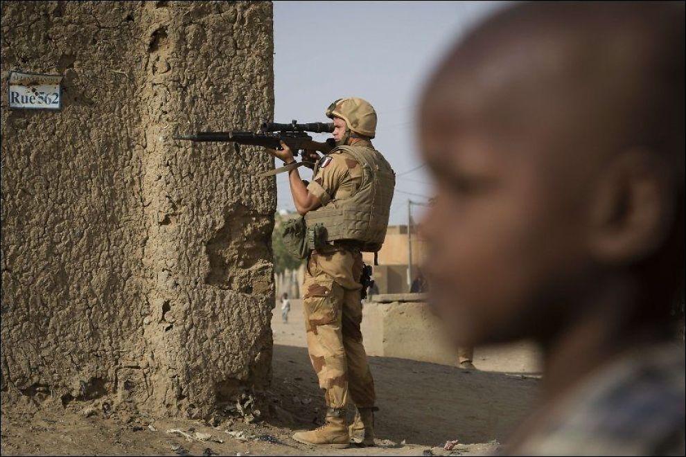 I FELT: En fransk soldat bruker kikkertsiktet på våpenet sitt som kikkert på et gatehjørne i Gao i Mali. Nå får han og FN-soldatene støtte av norske etterretningsoffiserer. Foto: AFP PHOTO/JOEL SAGET/NTB Scanpix