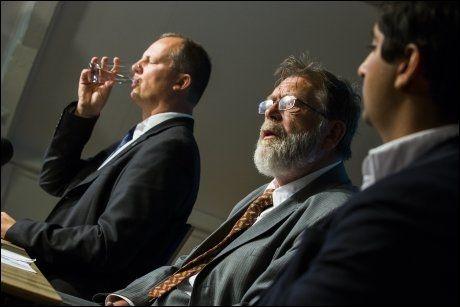 Nestleder Ketil Solvik-Olsen, Frank Aarebrot (statsviter) og Himanshu Gulati (FpU leder) under pressekonferansen til Frp. Foto: NTB/Scanpix