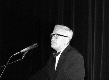 SAGA KINO: Anders Lange på talerstolen i Saga kino foran en fullsatt sal. Møtet ble opptakten til stiftelsen av Anders Langes parti til nedsettelse av skatter og avgifter. Foto NTB/SCANPIX.