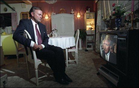 FIKK MUNNKURV:Ski, Øystein Hedstrøm ser valgsendingen på TV. Han fikk munnkurv av Hagen den siste valgkampuken etter at Godlia-saken ble avslørt. Hagen skulle håndtere dette alene og snu avsløringen til en suksess. FOTO: TOM-EGIL JENSEN