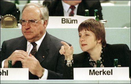 LYSENDE STJERNE: Angela Merkel fikk en brå start på sin politiske karriere som minister i Helmut Kohls regjering i 1991. Siden har forholdet mellom de to lederne blitt satt på harde prøver. Foto: AP