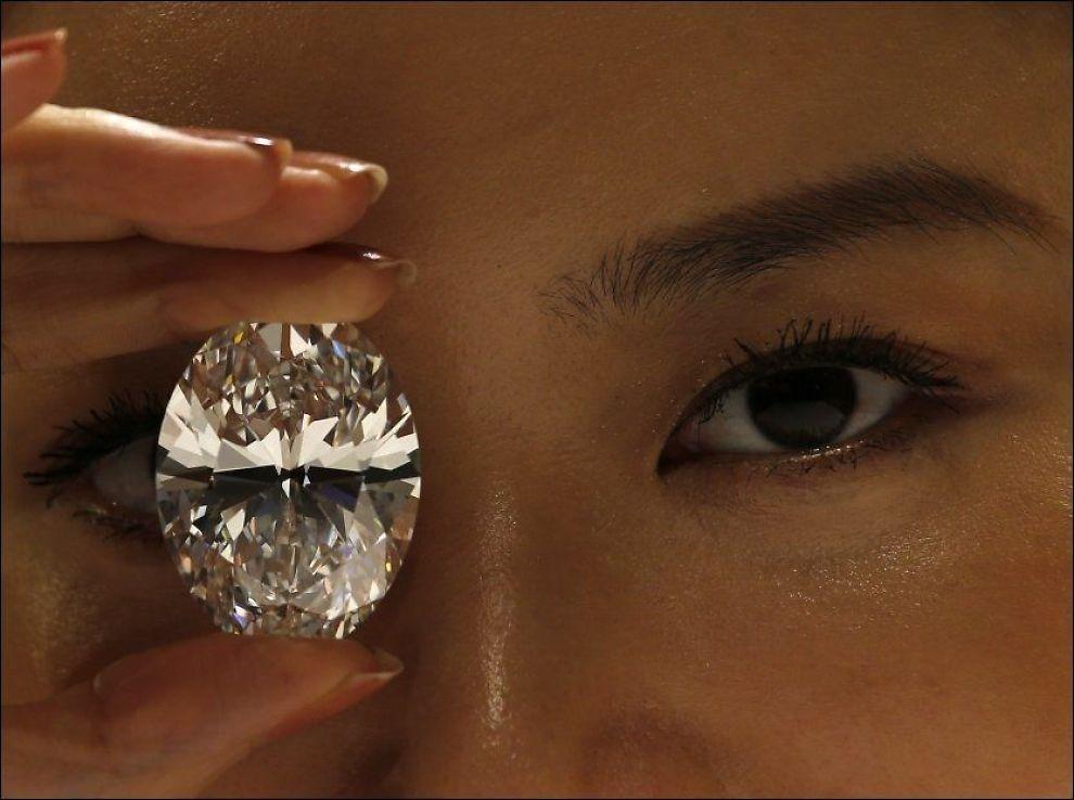 REKORDPRIS: Denne diamanten, på nesten 60 karat, ble vist frem på Sothebyes i Hong Kong nylig. Den forventes å kunne innbringe opptil 360 millioner kroner når den auksjoneres bort i november. Foto:TYRONE SIU,Reuters
