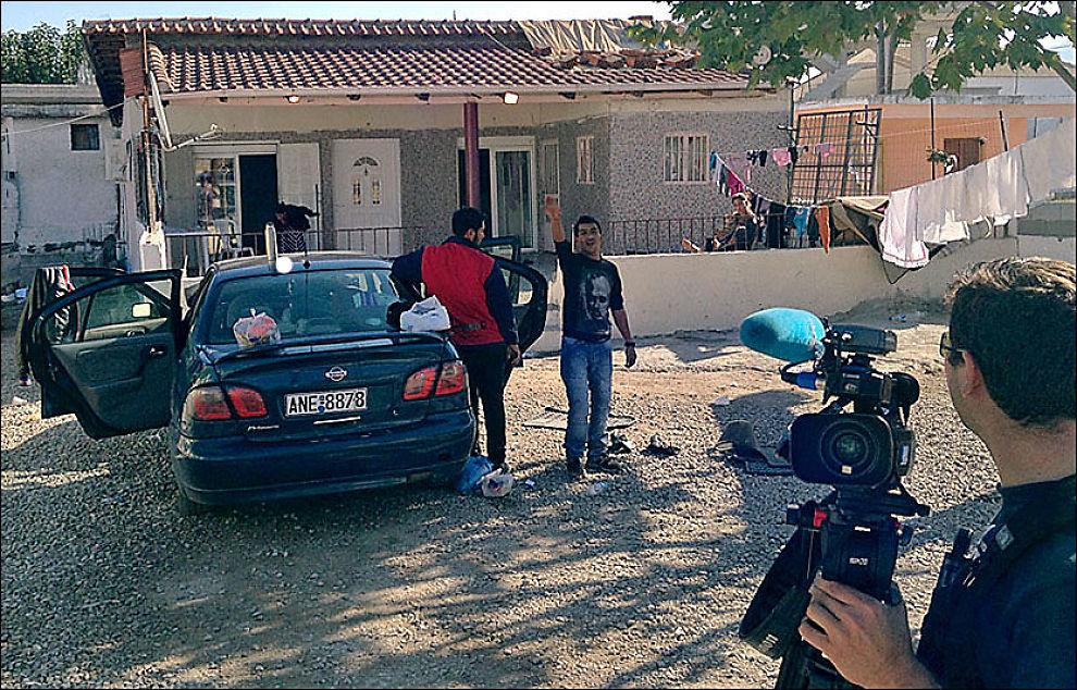 TRUSLER: Det gikk hett for seg utenfor Marias hus i morges, journalister og fotografer ble jaget med kosteskaft og drapstrusler. Foto: JON MAGNUS