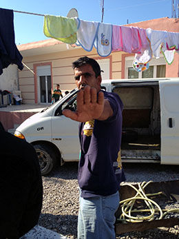 STOPP! Beskjeden er klar, vi er IKKE velkomne i rommiljøet i Farsala. Foto: JON MAGNUS