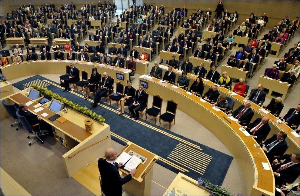 INGEN SVENSKEVITS: Det gjelder å sitte ved plassen sin når saker skal stemmes over i den svenske riksdagen. Dette bildet er tatt under statsminister Fredrik Reinfeldt tale ved åpningen av Riksdagen i 2010. Foto: Scanpix