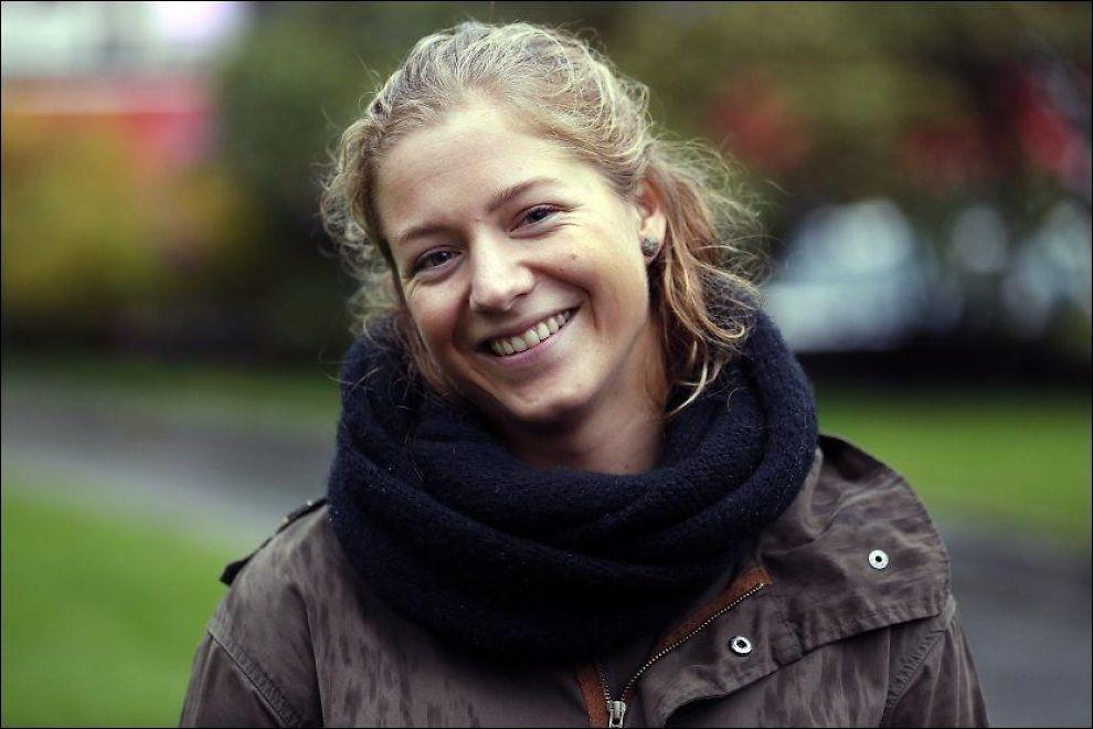 HEDRES: Sammen med fire medsoldater fra ingeniørkompaniet, får Elise Toft (23) fra Lyngdal Forsvarets innsatsmedalje med rosett. Foto: HALLGEIR VÅGENES