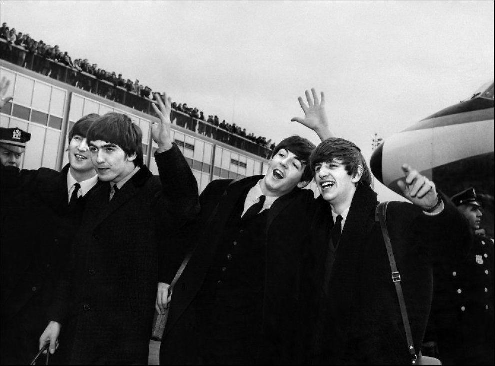 FLØY HØYT: The Beatles i 1964, på høyden av sin popularitet. Her ankommer de JFK-flyplassen i New York, hvor horder av hylende fans ventet på dem. Fra venstre: John Lennon, George Harrison, Paul McCartney og Ringo Starr. Foto: Afp