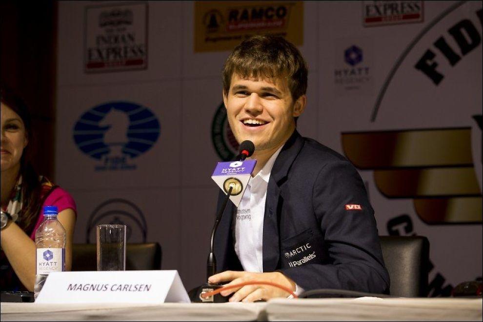 VERDENSMESTER: Magnus Carlsen smiler på dagens pressekonferanse i Chennai. Foto: NTB Scanpix