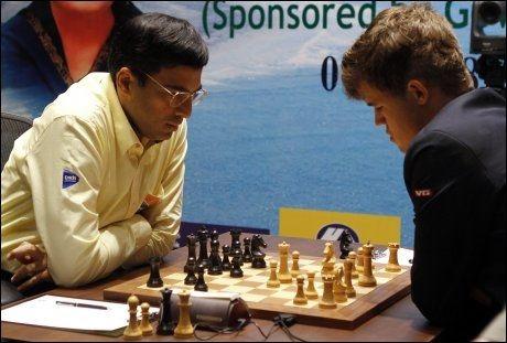 REMIS: Viswanathan Anand og Magnus Carlsen under dagens parti. Foto: NTB Scanpix