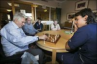 Sjakkfeber på sykehjem: - De lyser opp når de spiller!
