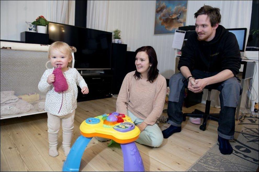 MERKER PRESSET: Helene Strand Kristiansen opplever sterkt fokus på hva barnas klær koster i vennegjengen. Her med samboeren Daniel Linna Mo og datteren Pernille (16 mnd). FOTO: ESPEN BRAATA