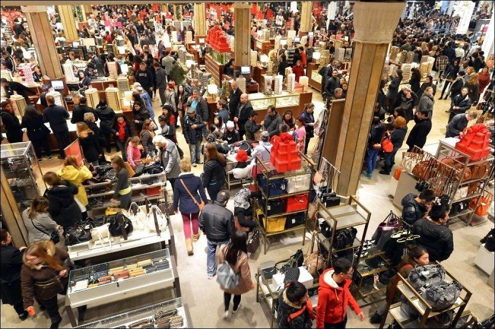 FOLKSOMT: Amerikanere som ikke skyr folkemengder flokker seg sammen i butikker på jakt etter gode kjøp «Black Friday». Foto: AFP