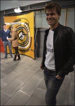 SMØRBLID: En smilende Magnus Carlsens mens Gareth Bale intervjues i bakgrunnen. Foto: Bjørn S. Delebekk, VG