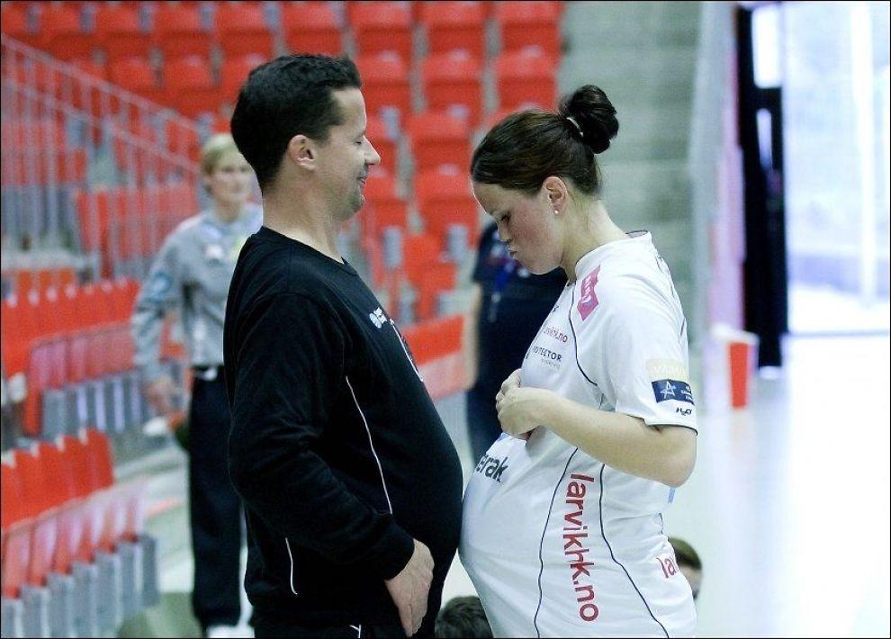 FOLKSOMT: Svært mange av Larvik-spillerne har blitt gravide den siste tiden. Her er det trener Ole Gustav Gjekstad og Trine Stange som konkurrerer om å ha størst mage. Foto: Foto Alf Øystein Støtvig/VG.