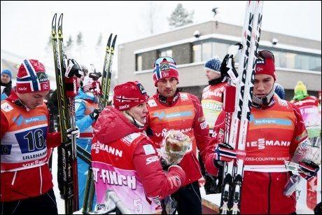 PÅ VEI TIL SVEITS: Petter Northug stresset ut fra stadion i går for å rekke pakking og flyavgang fra Gardermoen. Han satte kursen mot Sveits i går kveld. Foto: Scanpix