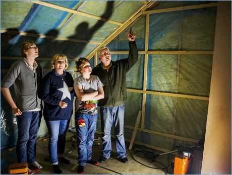 SOVEROM: Her står familien på det som en gang var soverommet i andre etasje som ikke blir klar til bruk for neste år.
