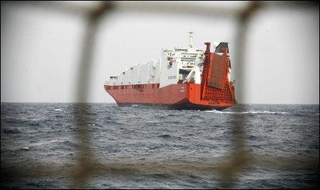 NÆR SYRIA: Her er «Taiko» under en av de mange øvelsene utenfor kysten av Syria søndag kveld. Det norske lasteskipet er ett av to som skal frakte de kjemiske stridsmidlene ut fra Syria. Foto: RUNE THOMAS EGE