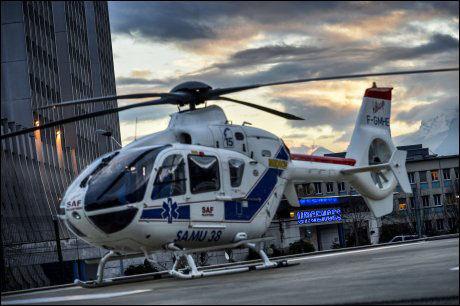 SYKEHUSET: Et helikopter står parkert utenfor Universitetssykehuset i Grenoble der Schumacher får behandling etter fallulykken. Foto: Afp