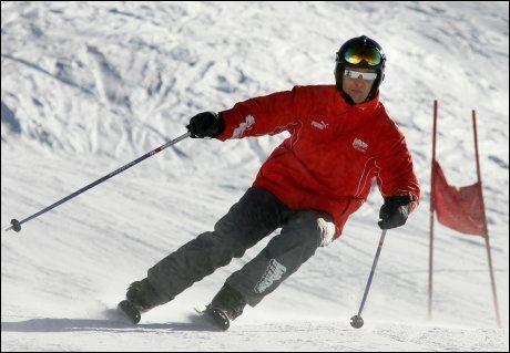 SKIENTUSIAST: Michael Schumacher er glad i å stå på ski. Dette bildet er fra 2005, da Schumacher deltok i et slalom-renn i Madonna di Campiglio i Dolomittene i Italia. Foto: AFP