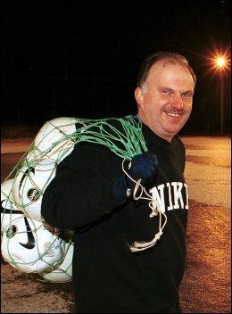 KRYSSER FINGRENE: Svein Skarpmo har vært primus moto i fotballklubben Nybergsund. FOTO: LARS ERIK SKREFSRUD
