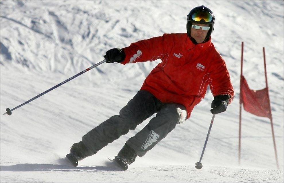 SKI-ULYKKE: Michael Schumacher sto på ski ved Méribel i Frankrike da han falt og slo hodet mot en stein. Dette bildet er fra 2005 da tyskeren sto på ski i Italia. Foto: AFP