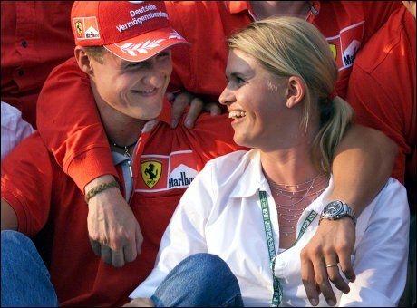 SAMMEN MED KONA: Michael Schumacher og kona Corinna etter et formel 1-løp i Ungarn i 2001. Foto: Daniel Maurer, Ap