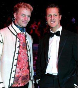 KOMPISER: Petter Solberg poserer sammen med Michael Schumacher etter at han ble verdensmester i 2003. Foto: AFP