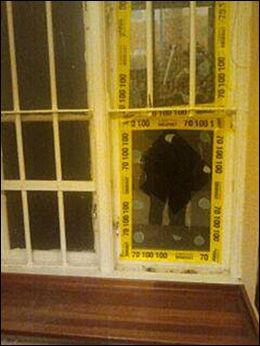 VINDUSVEIEN: Tyvene tok seg inn i frisørsalongen ved å knuse dette vinduet. Foto: PRIVAT
