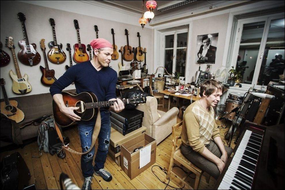 OVER GRENSEN: Morten Harket i studio i Stockholm, sammen med produsenten Peter Kvint. Sammen lager de et album som slippes i mars. Foto: Jørgen Braastad