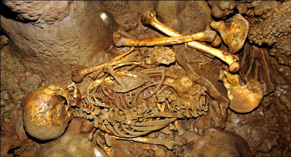 FUNNET I HULE: Skjelettet i La Braña-Arintero-hula, slik det ble funnet i 2006. Foto: J.M. Vidal Encina