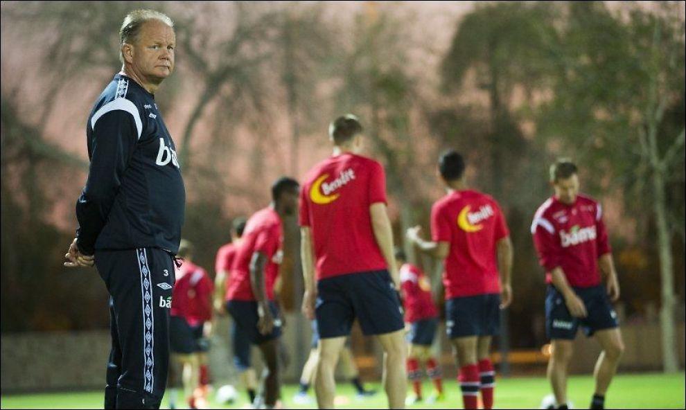 I FRITT FALL: Per-Mathias Høgmo tok med landslaget til Abu Dhabi i januar. Der ble det seier mot Moldova og tap mot Polen. Foto: Scanpix