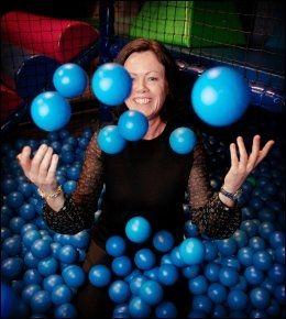 BLÅ FORSLAG: Frp-statsråd Solveig Horne bevilger tre millioner kroner mer til familievernkontorer og foreldreveiledning. De blåblå tilskuddene skal ikke nødvendigvis stagge skilsmissetallene, men bidra til at flere finner frem til så gode løsninger som mulig. Her kaster Horne baller i været på aktivitetsparken Hopp i havet på Torshov i Oslo.